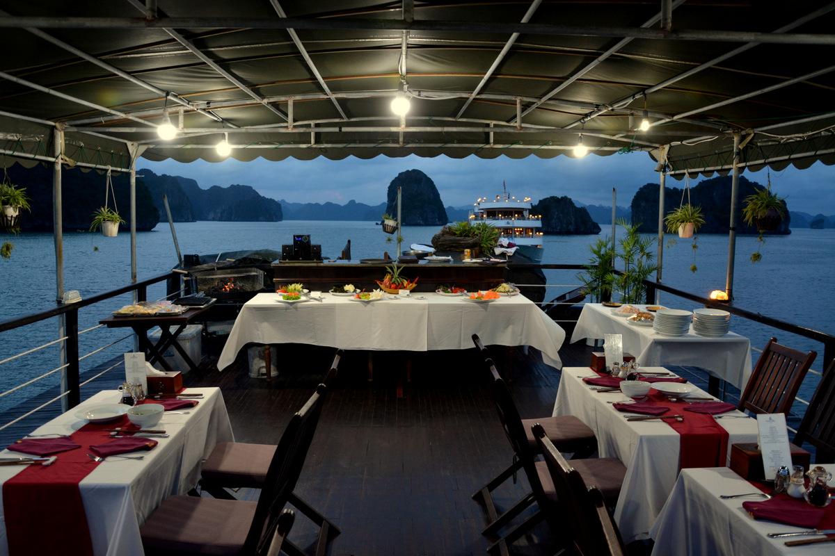 cena-barco-bahia-halong-1